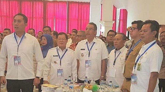 Bupati Muratara Wakili Kepala Daerah di Sumsel Tanda Tangani Musrenbang Tingkat Provinsi - bupati-muratara-syarif-hidayat-dua-dari-kiri_20170417_144928.jpg