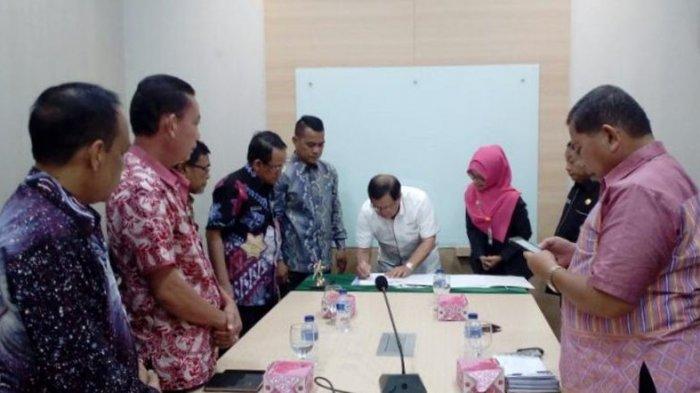 Hafal Alquran Lebih dari 4 Juz, Putra Putri Terbaik Muratara dapat Beasiswa di Unisyah Yogyakarta - bupati-muratara-syarif-hidayat-menandatangani-mou_20170413_161446.jpg
