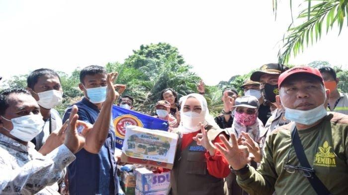 Bupati dan Wakil Bupati Musi Rawas Salurkan Bantuan Korban Banjir ke Desa Pasenan