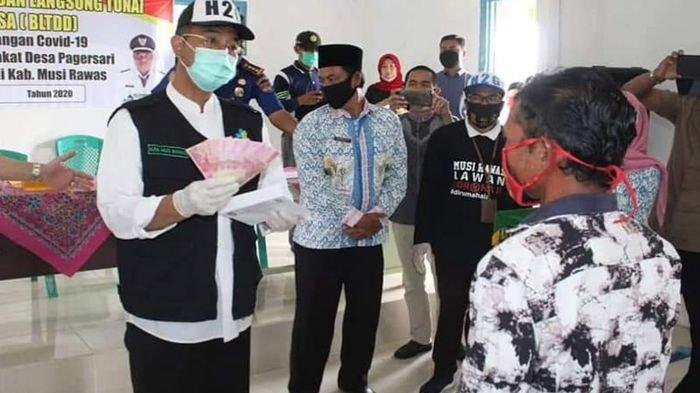Bupati Musirawas Turun Langsung Serahkan BLT Dana Desa ke Masyarakat