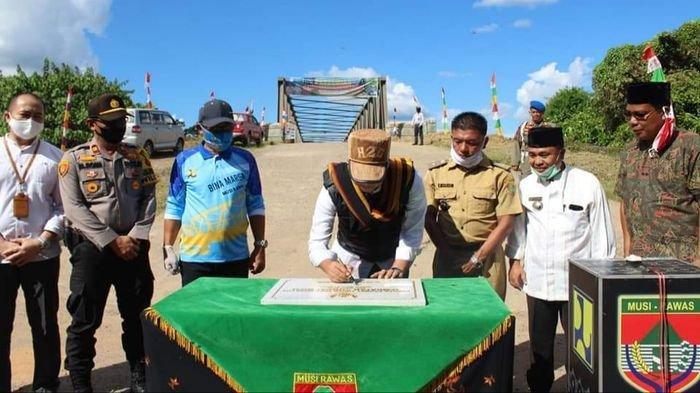 Bupati Musirawas Hendra Gunawan Resmikan Jembatan Rangka Baja di Desa Prabumulih Kec Muara Lakitan