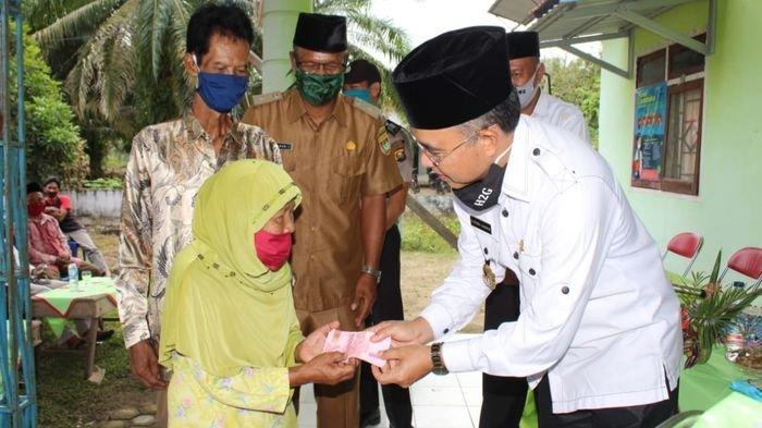Bupati Musirawas Hendra Gunawan Salurkan BLT-DD di 6 Desa Megang Sakti Musirawas