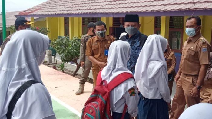 Bupati OKU Timur H Lanosin Hamzah (Enos) meninjau vaksinasi massal di SMPN 2 Martapura, Selasa (5/10/2021).