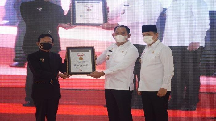 Bupati Popo Ali dan Sholehien menerima penyerahan piagam penghargaan dari museum rekor muri indonesia (Muri), Senin (5/4/2021).
