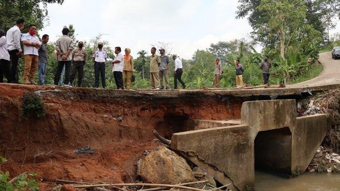 Bupati Popo Ali Martopo Perintahkan Dinas PU Segera Perbaiki Jalan Penghubung Desa yang Ambles