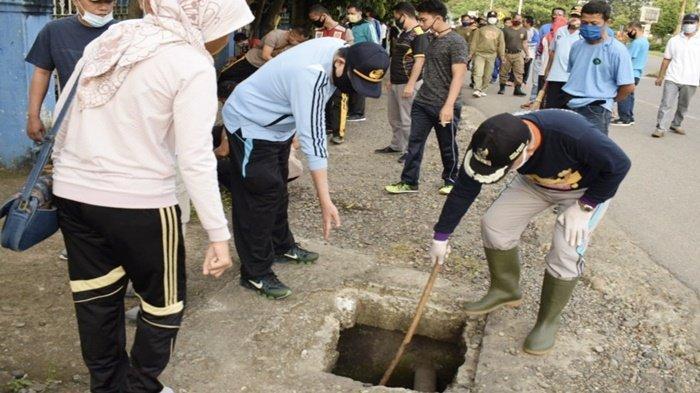 Plt Bupati Muaraenim H Juarsah Pimpin Gotong Royong Bersihkan Selokan, Warga Sekitar Ikut Serta