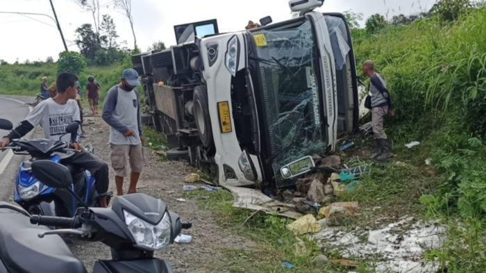 Kondisi Bus PO Sambodo bernopol B 7314 NGA yang mengalami kecalakaan lalu lintas (Lakalantas) tunggal di Jalan Lintas Timur (Jalintim) tepatnya di tikungan Harmoko di Desa Senawar Jaya, Kecamatan Bayung  Lencir, Muba, Kamis (27/5/21) sekitar pukul 05.00 WIB.