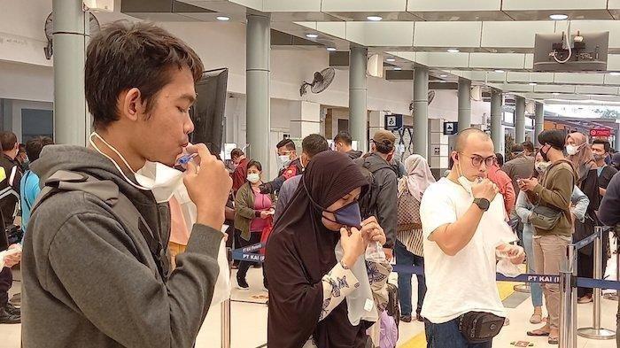 Sejumlah calon penumpang mencoba tes GeNose di Stasiun Pasar Senen Jakarta Pusat, Jumat (5/2/2021). Beberapa stasiun kereta api di Indonesia telah menyediakan jasa tes GeNose bagi para penumpang.