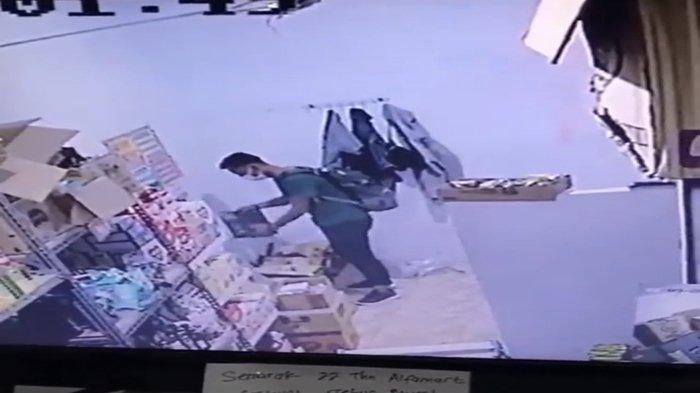 Detik-detik Pria Berkaos Hijau Curi Handphone di Minimarket Km 12 Palembang, Viral di Media Sosial