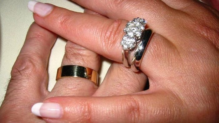 Siapa yang Memakaikan Cincin ke Jari Wanita Saat Lamaran? Begini Hukum Tukar Cincin Kata Buya Yahya