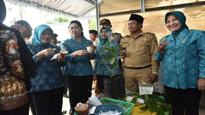 Kunker ke Daerah, Febrita Deru Apresiasi Kain Jumputan Gambo dan Cokelat Mura