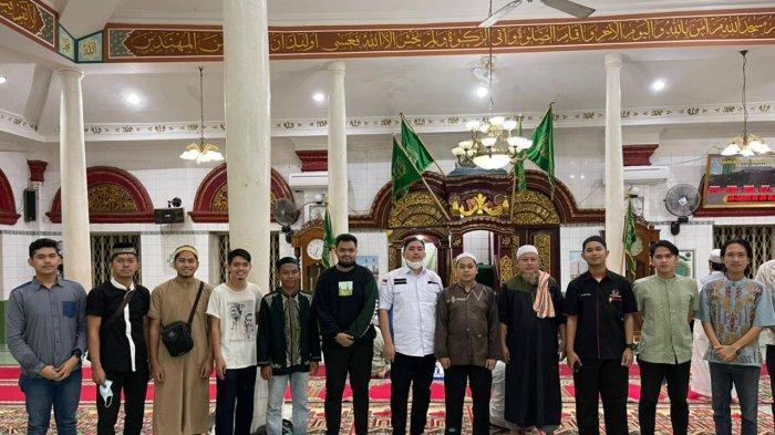 Foto bersama pengurus dan anggota CPI dengan pengurus Masjid Mahmudiyyah Suro, Jumat (304) (ist)