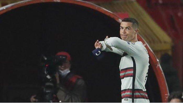 Bintang Kok Lebay, Aksi Cristiano Ronaldo Saat Lempar Ban Kapten & Keluar Lapangan Tuai Kritikan