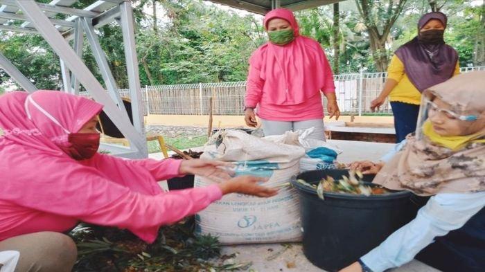 Untuk mendorong pemanfaatan sampah menjadi pupuk organik jenis kompos, Corporate Social Responsibility (CSR) PT Bukit Asam Tbk memberikan pelatihan kepada SIBA Rosella di Siba Center Desa Lingga, Kecamatan Lawang Kidul, Rabu (16/9/2020).