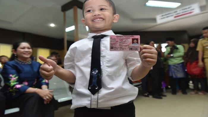 Gubernur Sumsel Herman Deru Antar Dua Cucu Ambil Kartu Identitas Anak di Kantor Dukcapil Palembang