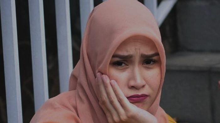 Zaskia Adya Mecca Gigit Jari, Anak Kompleksnya Balik Sindir Keras Usai Istri Hanung Protes: Diomelin
