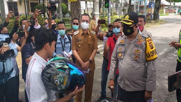 Hari Pers Nasional, Awak Media Bersama Walikota dan Kapolres Pagaralam Bagi-bagi Masker