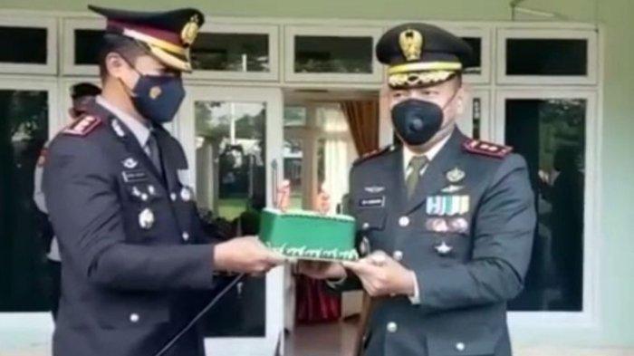 Kapolres OKU Beri Kue Tar Kepada Dandim OKU Pada Peringatan HUT TNI Ke-76