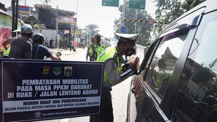 Polisi mengalihkan arus lalu lintas pengendara di pos penyekatan pembatasan mobilitas masyarakat pada PPKM Darurat di wilayah perbatasan menuju Jakarta di Jalan Raya Lenteng Agung, Jakarta, Sabtu (3/7/2021).