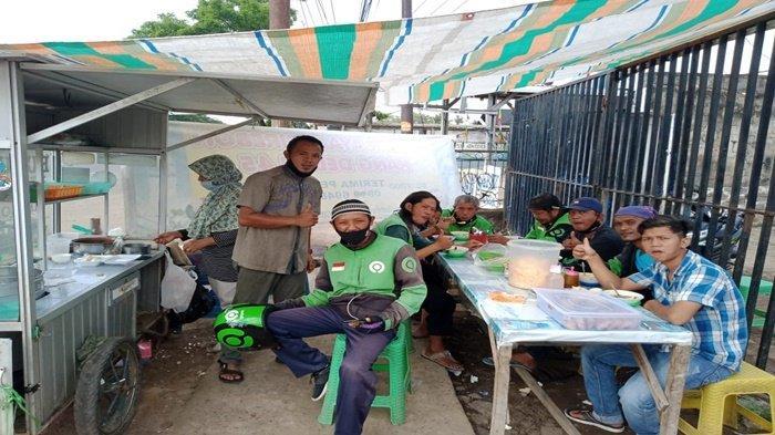 Deden Hidayat, seorang pengusaha bubur ayam di Kota Palembang dengan merek dagang Bubur Ayam Kang Deden 45, menyediakan sarapan pagi gratis untuk gojek.