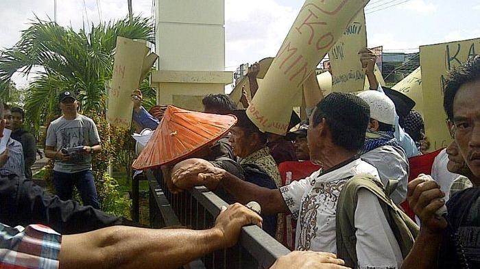 Pendemo Dobrak Pintu Gerbang Kejari Belitung