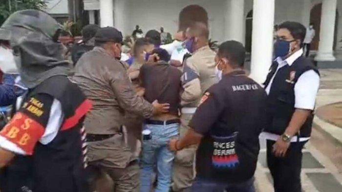 15 MENIT Kuasai Jalan, Ratusan Mahasiswa Kocar-kacir Dibubarkan Aparat: Gelombang Demo Tolak PPKM