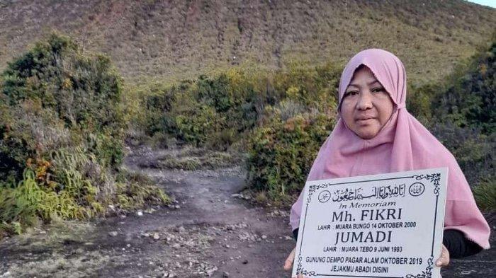Kisah Emak-emak Daki Gunung Dempo, Tanam Prasasti Memoriam Anak dan Menantu: Jejakmu Abadi Disini