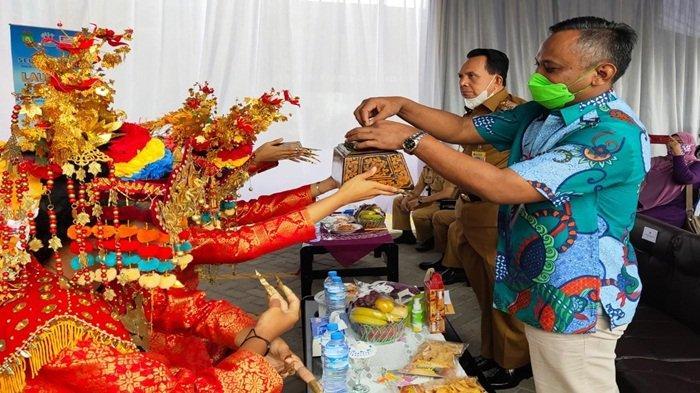 Deputy Branch Manager PT Indomarco Prismatama Palembang Sumsel Firman Mulyana didampingi Walikota Prabumulih mengambil sikapur sirih sebagai penghormatan kepada tamu yang datang, sebelum Launching produk UMKM
