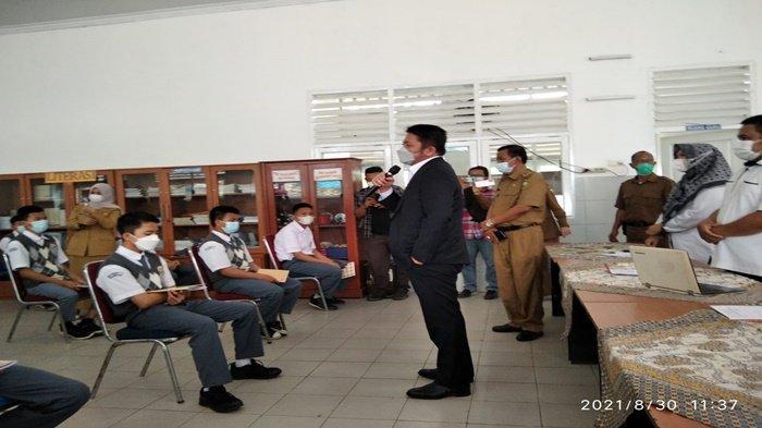 Herman Deru Duduk Jadi Siswa, Gubernur Sumsel Tinjau PTM di Palembang