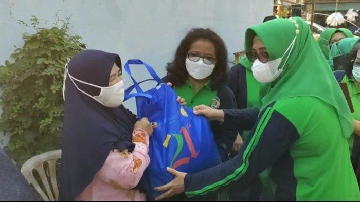 Peringati HUT ke 21, Persatuan Istri Karyawan Bukit Asam Bagikan Paket Sembako Secara Door to Door