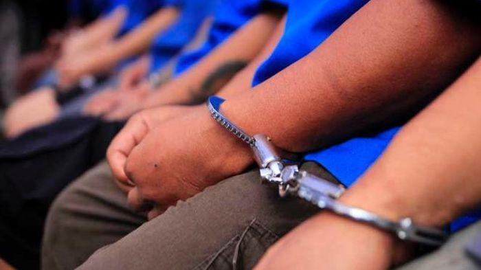 Lima Penjudi Ditangkap Saat Main Judi di Kandang Ayam
