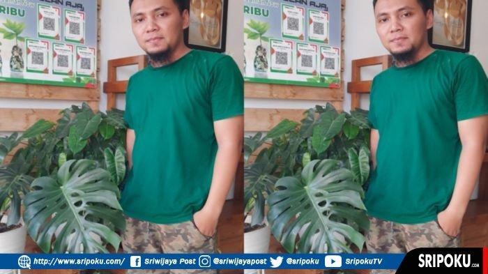 Diding, memerlihatkan Bunga Monstera King di tokonya Jalan Nangka Lintas Kelurahan Ponorogo Kecamatan Lubuklinggau Utara II Kota Lubuklinggau, Rabu (7/7/2021).