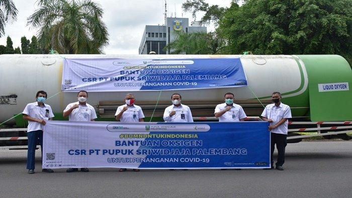 Direktur Utama Pusri, Tri Wahyudi Saleh berfoto bersama pejabat pusri, sebelum mengirimkan bantuan oksigen terhitung dari tanggal 16 Juli 2021 dan masih berlangsung hingga hari ini ke rumah sakit, Jumat (13 8 2021)