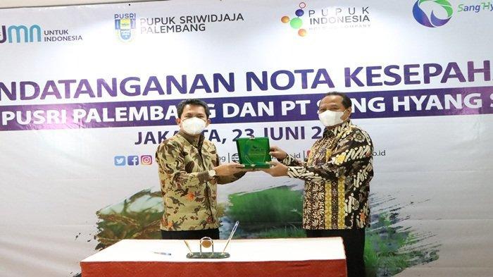 """Direktur Utama Pusri Tri Wahyudi Saleh menerima cinderamata dari Direktur Utama PT SHS Karyawan Gunarso usai penandatangan MoU tentang kerjasama """"B to B"""" antara Pusri dengan PT SHS dalam hal pemasaran benih pada Program Agrosolution dan Platform Digital Agribisnis MyPusri, dilaksanakan di Kantor Pusri Perwakilan Jakarta (23/6/2021)"""