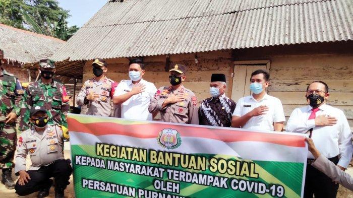 IRJEN Pol Prof Eko Indra Heri Turun Langsung Door To Door Berikan Bantuan ke Warga Terdampak Covid