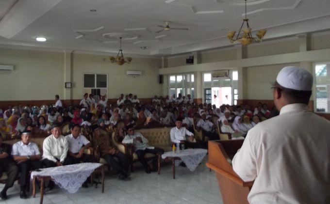 Para pegawai di lingkungan Disdik Sumsel ketika mendengarkan ceramah oleh Ustad H Taufik Hasnuri, Rabu (14/8/2013). Ceramah disampaikan dalam acara halal bihalal yang diikuti sekitar 600 pegawai Disdik Sumsel.