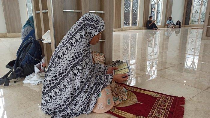 Anak Berjuang Tes CPNS, Ibu Asal Prabumulih Ini Berdoa dan Baca Yasin di Mushola