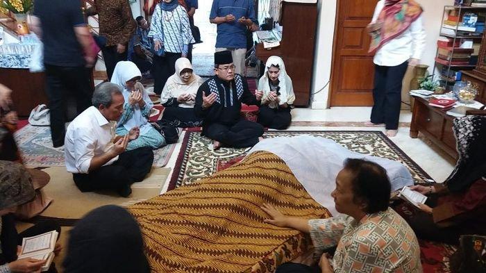 Dari Belanda, Bupati Muba Dodi Reza Langsung Menuju Rumah Duka Tokoh Sumsel Nazaruddin Kiemas