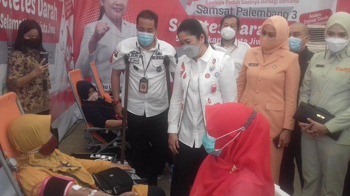 UPTB Samsat 3 Donor Darah & Bagi Sembako,Hj Febrita Lustia Herman Deru: Jangan Nak Ramadhan Bae