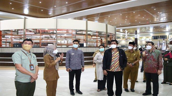 Walikota Palembang H Harnojoyo mendampingi Perwakilan dari anggota Ombudsman Republik Indonesia (RI) Dr Johanes Widijantoro mengunjungi Mall Pelayanan Publik (MPP) Palembang, Senin (11 10 2021) kemarin.