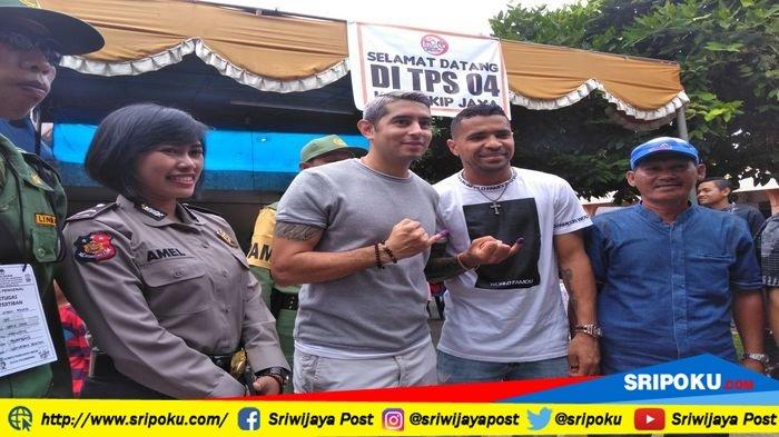 Dua penggawa Sriwijaya FC Alberto Goncalves dan Esteban Vizcarra saat menyalurkan hak pilihnya di TPS 04 Kelurahan Sekip Jaya, Kecamatan Kemuning Palembang, pada Pilkada Serentak 2018, Rabu (27/6/2018).