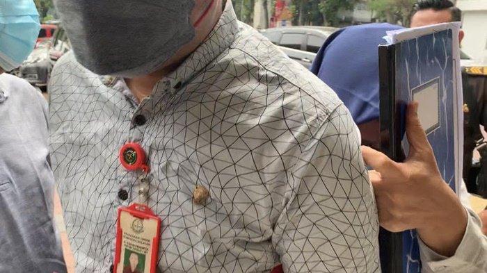 Wajah Ditutupi Buku dan Sembunyi di Balik Tubuh Petugas, Dwi Jalani Sidang Masjid Sriwijaya