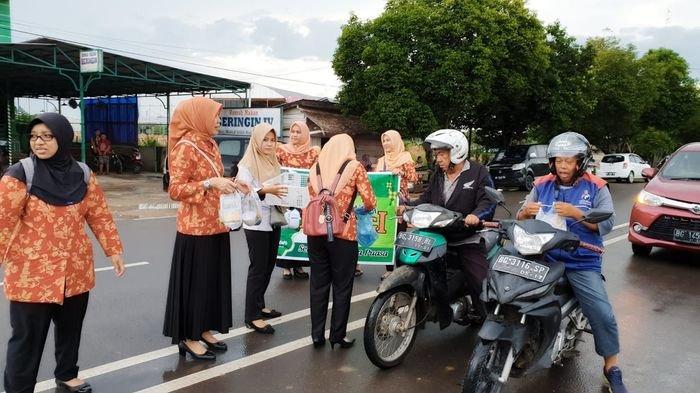 DWP Muba Bagi Bagi Takjil untuk Berbuka Puasa di Jalan Kolonel Wahid Udin Sekayu