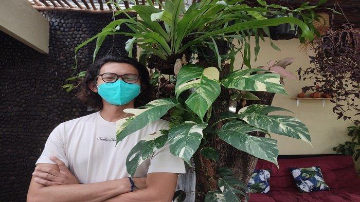 Om Rachman pemilik Hijaukan Teras di Jalan Urip Sumoharjo, Sekojo Palembang dengan tanaman hias ekor Naga jenis Varigata miliknya