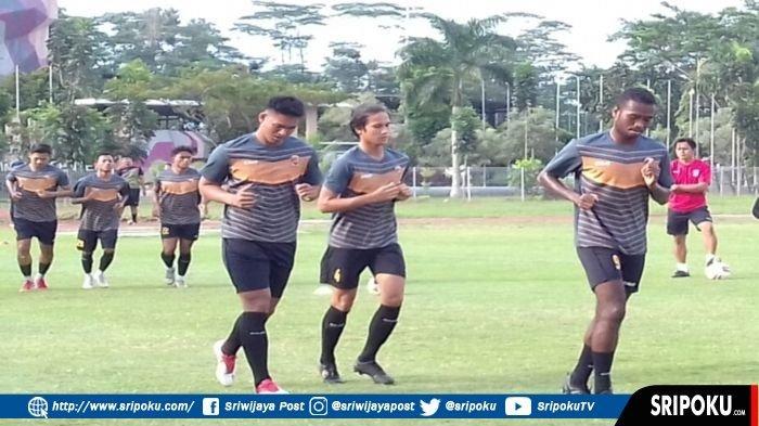 Beberapa pemain Sriwijaya FC trial mengikuti latihan di Lapangan Atletik Luar JSC Palembang, Senin (19/4/2021).