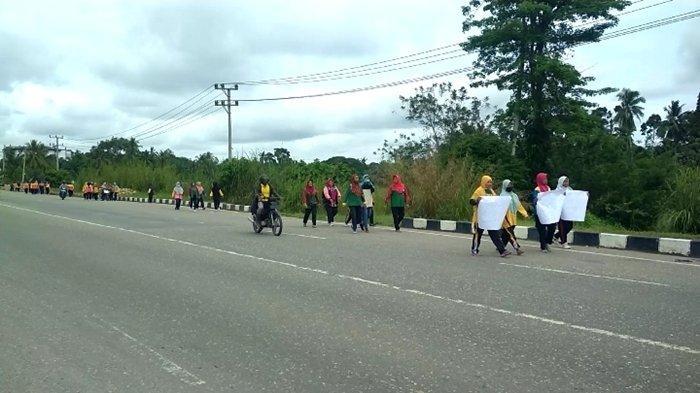 Emak-emak DLHP Muratara Jalan Kaki 1 Km Tuntut Seragam Dinas, Habis Ngukur Kok Tak Datang-datang