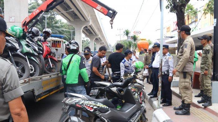 Pengendara Sepeda Motor di Palembang Ini Kaget, Tiba-tiba Kendaraannya Diderek Petugas Dishub