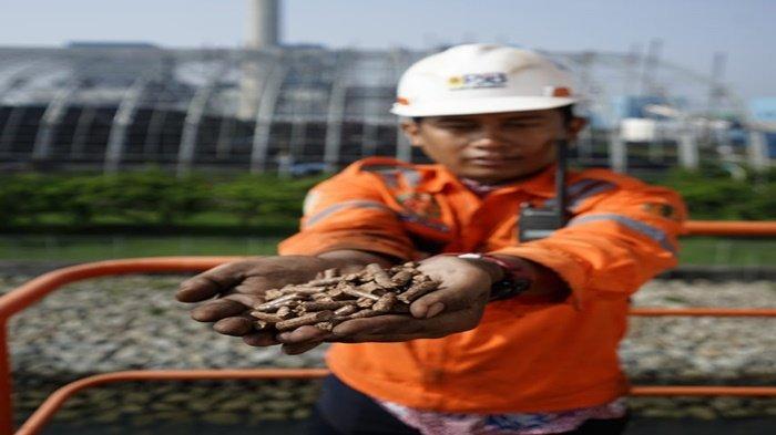 Executive Vice President Komunikasi Korporat dan CSR PLN Agung Murdifi, menunjukan secara simbolis produk energi listrik yang digaraf oleh CSR PLN.