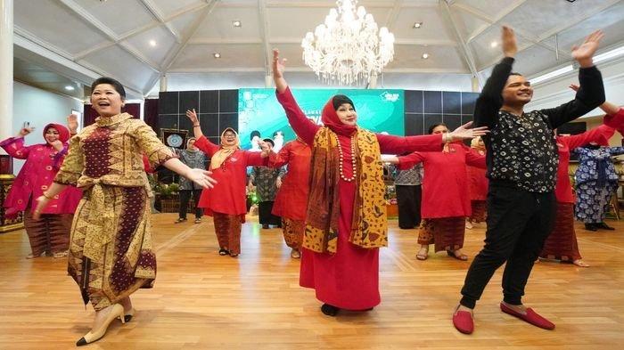 Promosikan Kekayaan Budaya Sumsel, Feby Deru Kenalkan Kain Songket Langka ke PBS