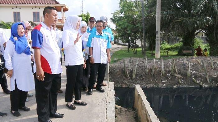 Warga Tanjung Sari Usulkan Kolam Retensi kepada Fitrianti Agustinda
